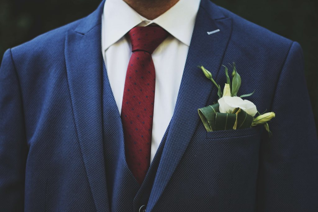 what shirt should you wear with a navy suit cream
