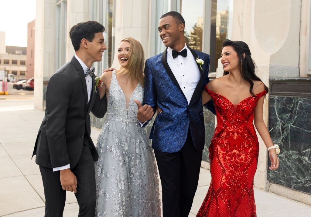 Best Promposal Ideas - Group of teens going to prpom in tuxedos and prom dresses