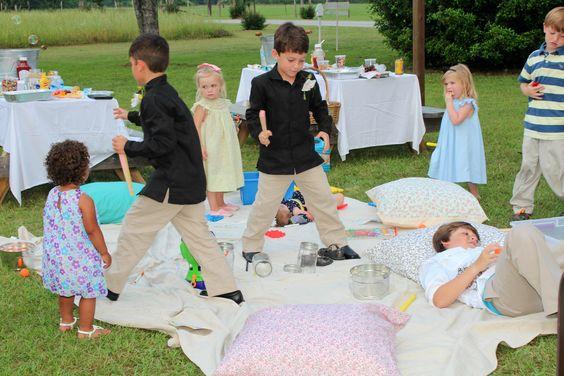 entertain kids at wedding - kids playing on blanket at outdoor wedding